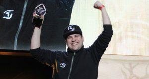 AKAWonder con el trofeo de la Legendary Series 2016