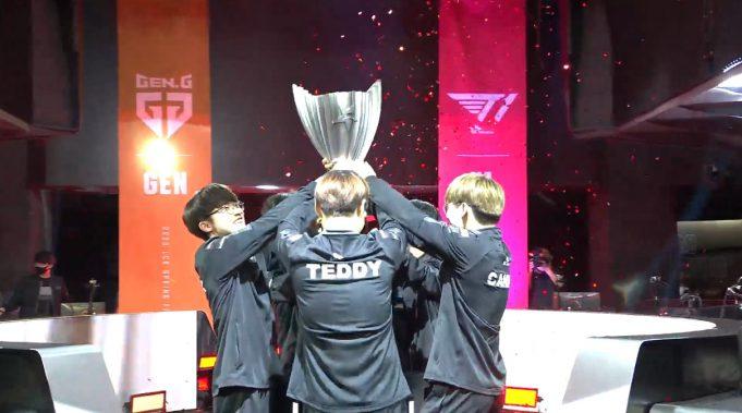 Faker y todo T1 levanta el trofeo de campeón de la LCK en el split de primavera de 2020